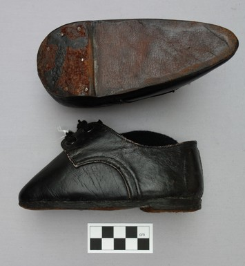 A pair of plain leather 'Mao' lotus shoes (mid-20th century; TRC 2013.0055a-b).