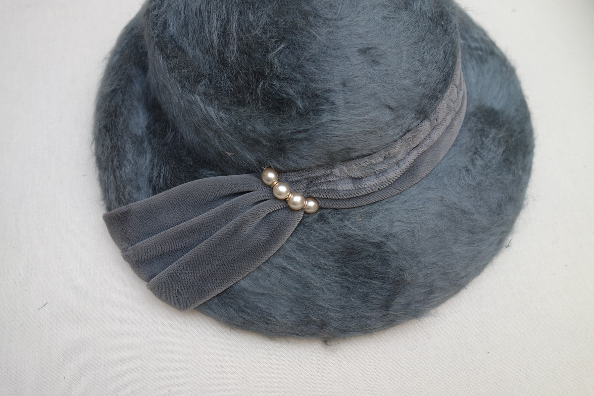 Detail of a woman's hat with a velvet ribbon and a plush ground (mid-20th century, Netherlands; TRC 2018.0572).