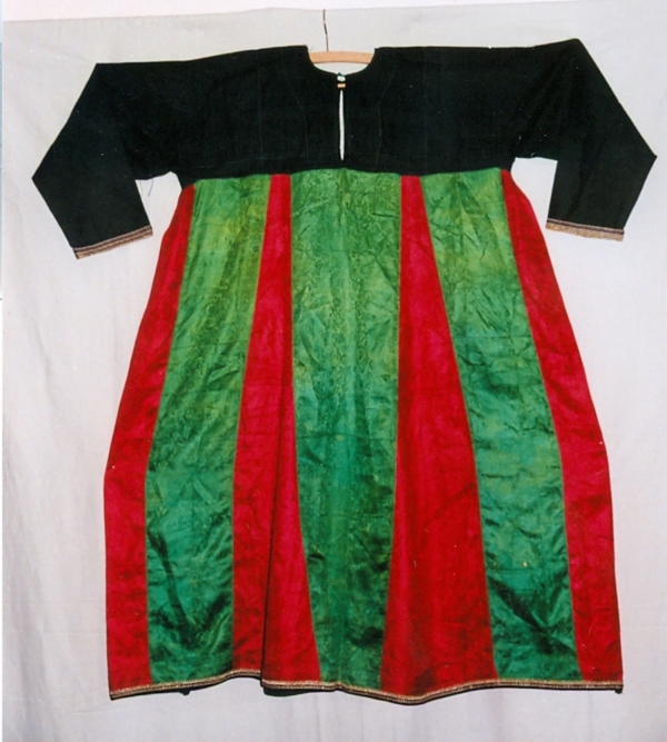 Silk dress of a woman from the Zoroastrian community (Iran, mid-20th century).