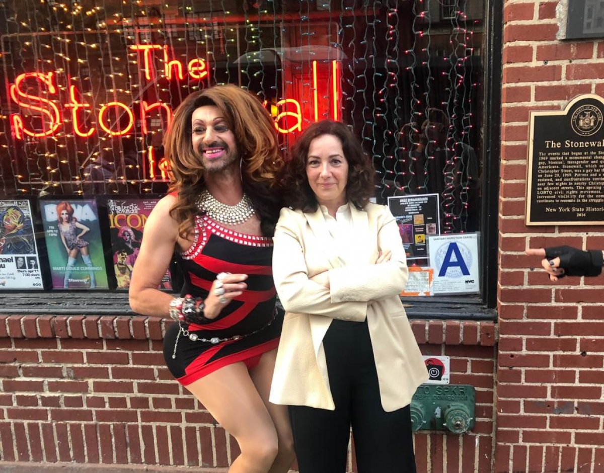 Amsterdam drag queen Jennifer Hopelezz (l) poses with Amsterdam Mayor Femke Halsema (r) in front of the Stonewall Inn in New York City, in April 2019. Hopelezz's dress reflects the red and black colours of the Amsterdam (NL) city flag.