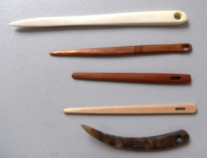 Set of Nålbindning needles.