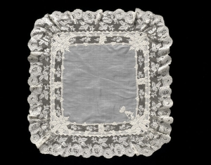 Linen handkerchief from England, second half 19th cenury, with whitework and bobbin lace.