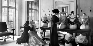 Photograph of the salon of the House of Worth, 1907.