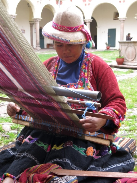 Woman from Lima, Peru, with backstrap loom. Photo: Jefke van Iterson 2014.